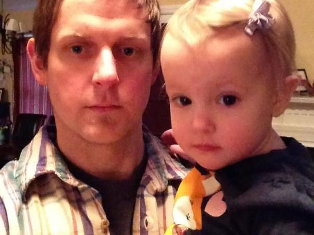 Foto: So Sweet, Momen Menggemaskan Saat Anak Perempuan Dandani Ayahnya