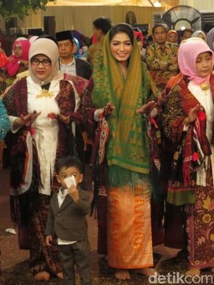 Foto: Cantiknya Selvi Menantu Jokowi Pakai Ulos di Pesta Adat Kahiyang-Bobby