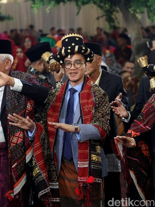 Gaya Beda Gibran Pakai Jas Abu-abu Saat Ikut Manortor di Pesta Adat Kahiyang