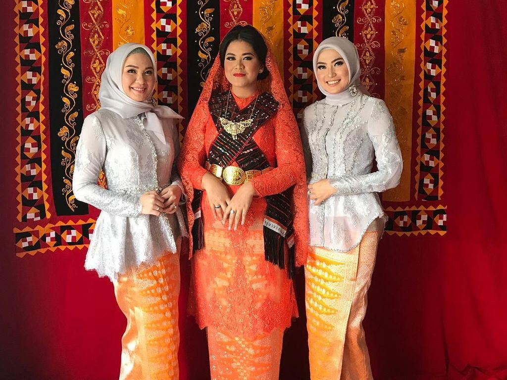 Foto: Gaya Hijab Simpel 2 Kakak Cantik Bobby di Pernikahan Kahiyang Ayu