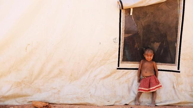 <p>Seorang anak Suku Waraoberdiri dekat tenda di penampungan Boa Vista, Roraima, Brasil. (REUTERS/Nacho Doce)</p>