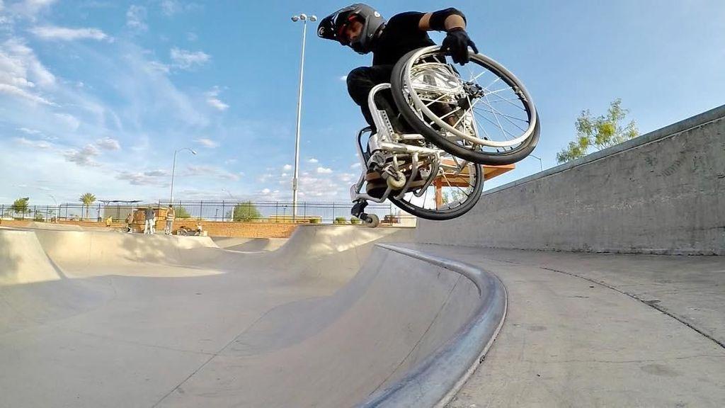 Foto: Ekstrem! Aksi Pria Jumpalitan di Atas Kursi Roda
