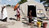 <p>Misionaris dari organisasi kemanusiaan Brasil, Fraternidade, mengunjungi anak-anak Suku Warao di penampungan di Pacaraima, Roraima, Brasil. (REUTERS/Nacho Doce)</p>