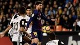 Kontroversi terjadi di Stadion Mestalla saat laga berjalan 30 menit. Semua bermula dari keputusan Lionel Messi yang melepaskan tendangan spekulasi dari luar kotak penalti. (AFP PHOTO / JOSE JORDAN)