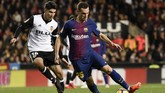 Gelandang Valencia Carlos Soler berebut bola dengan bek Barcelona Thomas Vermaelen. Bek asal Belgia itu kembali bermain setelah absen cukup lama karena cedera. (AFP PHOTO / JOSE JORDAN)