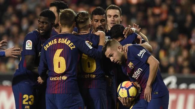 Hasil imbang di Stadion Mestalla membuat Barcelona tetap unggul empat poin atas Valencia. Barcelona berada di puncak La Liga dengan 35 poin. (AFP PHOTO / JOSE JORDAN)