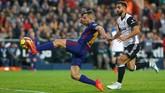 Barcelona kemudian menyamakan kedudukan pada menit ke-82 melalui tendangan Jordi Alba yang meneruskan umpan lambung Lionel Messi. (REUTERS/Heino Kalis)