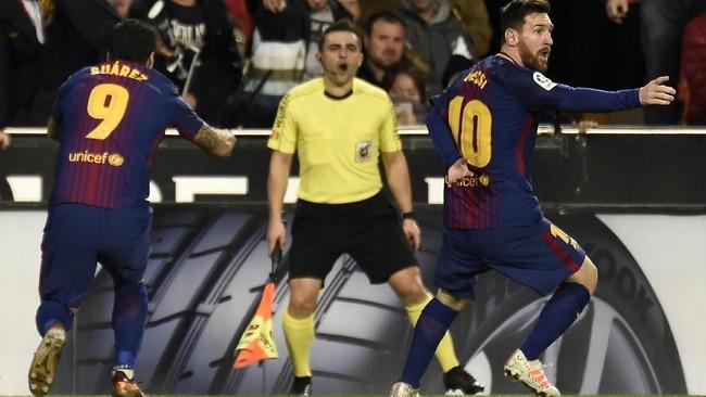 Penyerang Barcelona Lionel Messi sempat melakukan selebrasi karena melihat bola sudah melewati garis gawang, tapi wasit Ignacio Iglesias tidak mengesahkan gol Messi. (AFP PHOTO / JOSE JORDAN)