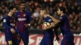 Jordi Alba merayakan gol penyeimbang Barcelona bersama Lionel Messi, Luis Suarez, dan Paulinho. Skor imbang 1-1 bertahan hingga akhir laga. (AFP PHOTO / JOSE JORDAN)