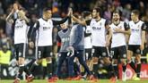Para pemain Valencia merayakan keberhasilan menahan imbang Barcelona. Valencia tetap tertinggal empat poin dari Barcelona di puncak klasemen. (REUTERS/Heino Kalis)