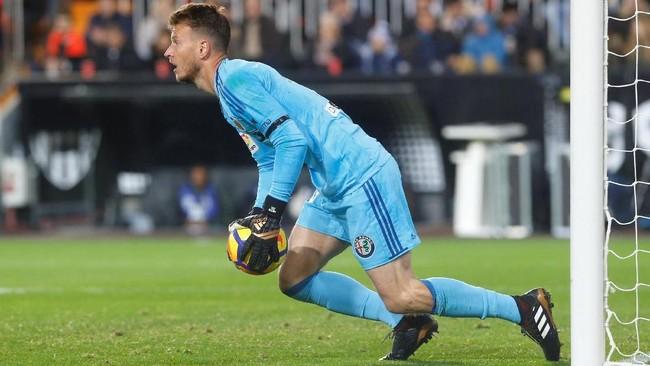 Tendangan Lionel Messi gagal ditangkap dengan sempurna oleh kiper Valencia Neto. Bola terlihat sempat melewati garis gawang, sebelum dibuang oleh Neto. (REUTERS/Heino Kalis)