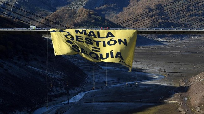 Spanduk Greenpeacedi atas sungai yang nyaris kering dekat WadukBarrios de Luna, Minera de Luna,dekat Leon, sebelah utara Spanyol, Senin (27/11). Spanduk bertuliskan