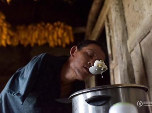 Kisah Haru Pria Tanpa Lengan Rawat Ibunya yang Berusia 88 Tahun
