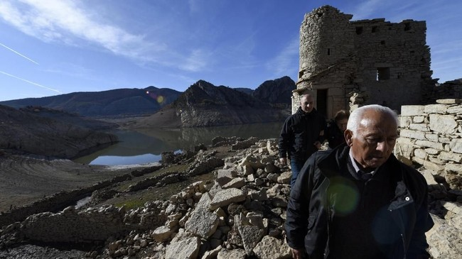Warga mendatangi Waduk Barrios de Luna, Minera de Luna, dekat Leon, Spanyol Utara yang tinggal 4,22 persen kapasitasnya. (REUTERS/Eloy Alonso)