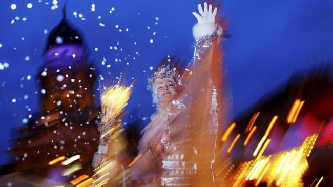 Pasar Natal di Gendarmenmarkt, Berlin, Jerman juga diramaikan oleh orang-orang yang mengenakan kostum, salah satunya kostum Putri Es.(REUTERS/Hannibal Hanschke)