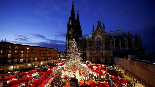 Semarak Natal dan Tahun Baru mulai terasa di penjuru dunia, salah satunya dalam Pasar Natal yang berada di halaman Katedral Cologne, Jerman. (REUTERS/Thilo Schmuelgen)