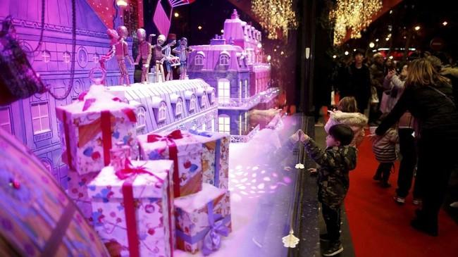 Masih berada di Paris, pusat perbelanjaan Galeries Lafayette juga semakin ramai dikunjung orang yang berbelanja kebutuhan dan kado untuk Natal dan Tahun Baru.(REUTERS/Benoit Tessier)