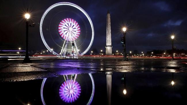Adanya pro dan kontra mengenai penggurusan bianglalaGrande Roue de Paristak membuat wahana permainan di Place de la Concorde itu muram, karena tetap dikunjungi turis yang ingin merasakankelap-kelip lampu kota yang romantis.(REUTERS/Christian Hartmann)