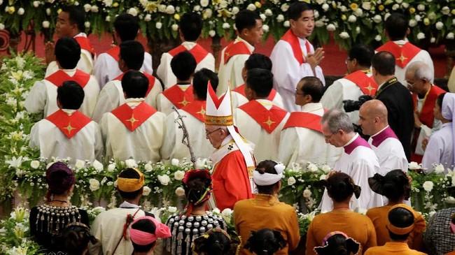 Paus Fransiskus memimpin misa di Gereja Katedral Santa Maria, Yangon, Kamis (30/11).(REUTERS/Max Rossi)