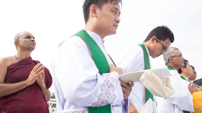 Seorang biksu tampak di belakang para pastor dalam misa yang dipimpin Paus Fransiskus di Stadion Sepak Bola Kyite Ka San, Yangon, Myanmar, Rabu (29/11). Seusai bertandang ke Myanmar, Paus Fransiskus melanjutkan kunjungannya ke Bangladesh 1-3 Desember 2017. (REUTERS/Ann Wang NO RESALES)