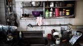 Potret kediamannya yang diambil pada 21 Juni lalu menampilkan sunyi dan kekosongan, dari mulai sejumlah pakaian yang tergantung, hingga dapur yang beberapa bagiannya tak terurus baik. (AFP PHOTO / BEHROUZ MEHRI)