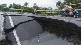 Hujan Terus, Jalan Nasional Sumbar-Sumut Terancam Putus
