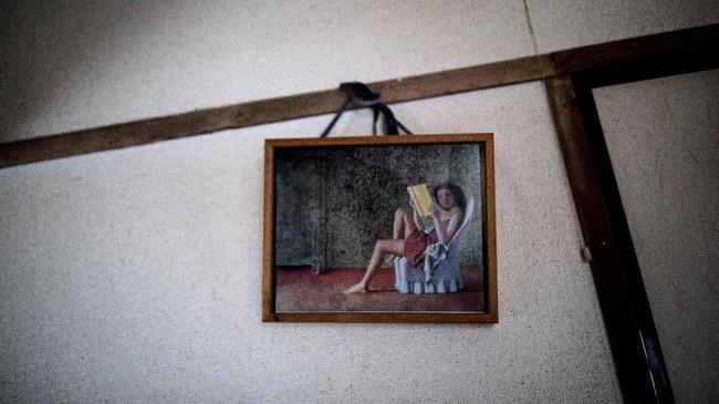 Di dinding kamarnya juga ditemukan lukisan
