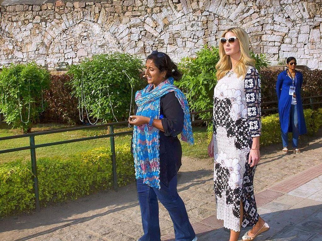 Foto: Ivanka Trump Pakai Gaun Rancangan Desainer Indonesia Saat di India