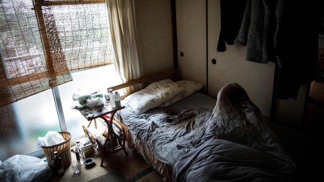 Sebelumnya, pada akhir Juni lalu, seorang perempuan juga meninggal dunia dalam kesendirian di kediamannya di Yokohama. Mayatnya baru ditemukan dua pekan setelah ia diperkirakan tiada. (AFP PHOTO / BEHROUZ MEHRI)