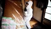 Petugas kebersihan mengosongkan apartemen. Hingga kini memang tidak ada data resmi yang mencatat jumlah orang yang meninggal dunia sendirian di Jepang. Namun, para pakar memperkirakan sekitar 30 ribu per tahunnya. (AFP PHOTO / BEHROUZ MEHRI)