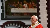 Paus Fransiskus memimpin misa di Gereja Katedral Santa Maria, Yangon, Kamis (30/11). Meski Paus Fransiskus tidak menyebut kata 'Rohingya', menurut Vatikan, hal itu tidak mengurangi pesan moral yang disandangnya yakni mengurangi penderitaan warga mayoritas muslim di Rakhine, Myanmar itu. (AFP PHOTO/Vincenzo PINTO)