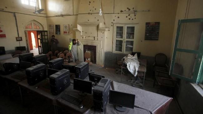 Kepala kepolisian Peshawar, Tahir Khan, mengatakan kejadian bermula saat sekelompok pria bersenjata memasuki kampus menggunakan becak otomatis dan menyamar sebagai sekelompok perempuan yang mengenakan burka. (REUTERS/Fayaz Aziz)