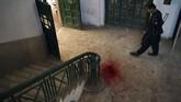 Setibanya di dalam kampus, mereka kemudian melepaskan tembakan-tembakan di dalam kampus yang juga menyatu dengan asrama pelajar itu. (AFP PHOTO / ABDUL MAJEED)