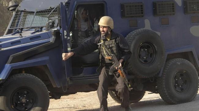 Para penyerang memasuki kampus dengan berkamuflase menggunakan burka atau hijab yang menutupi seluruh kepala dan wajah kecuali mata. (AFP PHOTO / ABDUL MAJEED)