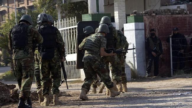 Militer melaporkan, bekerja sama dengan kepolisian mereka berhasil memburu para penyerang. Dalam penyerbuan dua jam setelah teror di kampus, seluruh penyerang berhasil dilumpuhkan. (AFP PHOTO / ABDUL MAJEED)