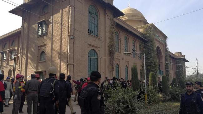 Taliban mengklaim bertanggung jawab atas kejadian tersebut. Juru bicara Taliban, Mohammad Khorasani mengatakan dalam serangan itu sebetulnya kelompoknya telah menargetkan sebuah rumah aman Agen Intelijen Militer Pakistan. (REUTERS/Fayaz Aziz)