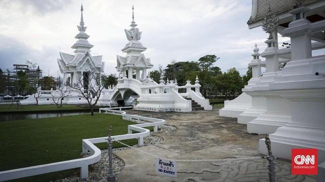 Rancangan bangunan ini disusun berdasarkan cerita surga dan negara di alam baka.Serba putih, namun kuil ini juga disisipi oleh aksen perak. Detilnya bahkan disematkan sampai ke pagar halamannya.