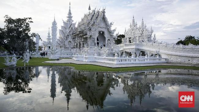 Pemandangan di Kuil Putih (White Temple), Chiang Rai. Thailand. Kuil bernama asli Wat Kong Run ini merupakan tempat ibadah umat Buddha yang didirikan oleh Chalermchai Kositpipat pada tahun 1997. (CNN Indonesia/Ardita Mustafa)