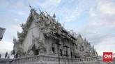 Beberapa bagian bangunan White Temple sempat rusak parah saat bencana alam gempa bumi melanda kawasan Mae Lao pada 5 Mei 2017. Chalermchai berusaha menggalang dana untuk memperbaiki karyanya, namun menolak donatur yang ingin menyumbang lebih dari Rp40 juta, agar objek wisata religi ini tak jadi komersil.