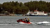 Di pulau-pulau tersebut wisatawan bisa mengunjungi sejumlah pantai yang berpasir putih, berwisata naik perahu, melakukan snorkeling, diving, naik jet ski, bermain voli pantai, jalan-jalan di Laguna Mangrove dan berbagai kegiatan wisata lainnya. (ANTARA FOTO/R. Rekotomo)
