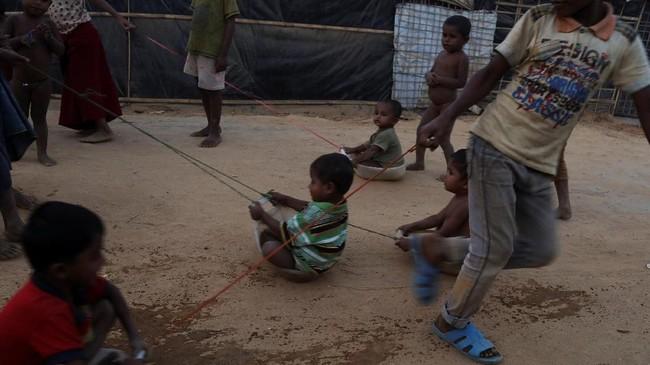 Anak-anak pengungsi Rohingya memanfaatkan apa saja yang ada termasuk ember air untuk bermain di kamp pengungsi Kutupalong, dekat Cox's Bazar, Bangladesh, 28 November 2017.(REUTERS/Susana Vera)