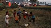 Ana-anak Rohingya tetap gembira bermain bola bolong dekat kamp pengungsi Roikhong, dekat Cox Bazar, Bangladesh, 25 November 2017. (REUTERS/Susana Vera)