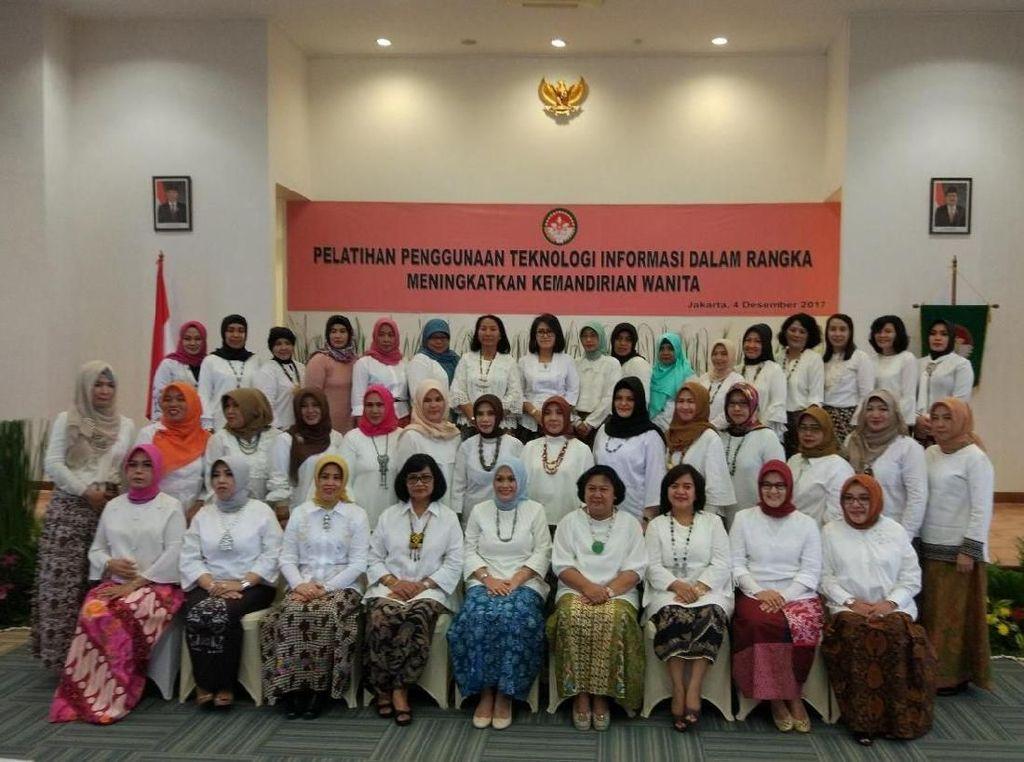 Ketua Dharma Wanita Persatuan Kemhan RI Lia Hadiya Sumintaatmadja saat ikut berfoto bersama. Dok. Kemhan.