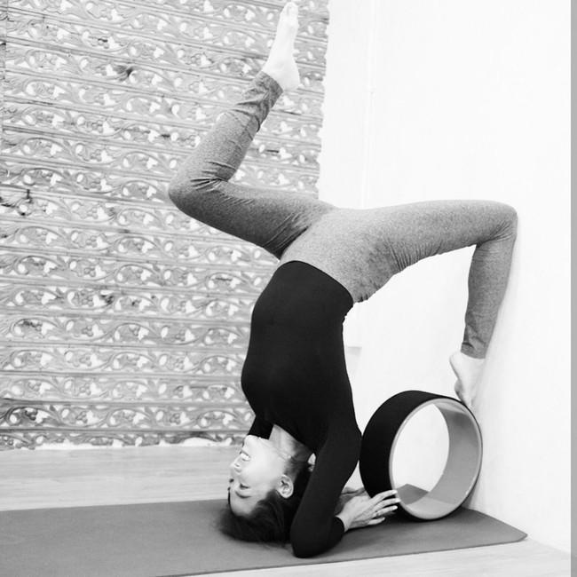 Mengintip Aksi Yoga Akrobatik si Cantik Sarwendah