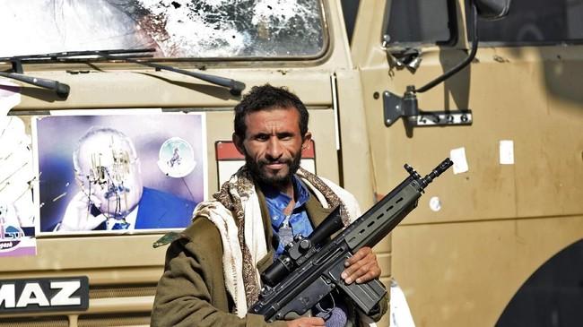 Saat masih beraliansi, kelompok Houthi dan Abdullah Saleh mengusir pemerintahan Yaman yang diakui internasional dari Sanaa. Kini,keberpihakan para loyalis Saleh di masa depan diperkirakan akan berperan penting dalam menentukanberakhirnya perang saudara yang telah mendera negeri itu sejak 2015. (AFP Photo/Mohammed Huwais)