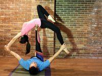 Menurut pelatih acroyoga Fajar Putra, umumnya latihan ini dilakukan selama 60 menit. Sekitar 40 menit pertama diawali dengan yoga dan 20 menit terakhir baru gerakan akrobatiknya. (Foto: Instagram/sarwendah29)