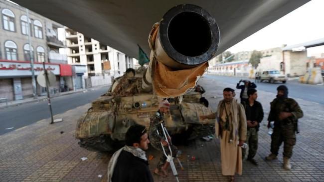 Kendaraan lapis baja yang ditumpangai Abdullah Saleh untuk melarikan diri dari Ibu Kota Sanaa menuju wilayah yang dikuasai loyalisnya rusak dihantam granat berpeluncur roket yang diluncurkan milisi Houthi.(Reuters/Khaled Abdullah)
