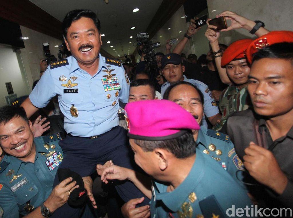 Hadi diarak tepatnya dari depan pintu toilet gedung Nusantara II DPR lantai 2 hingga menuju depan eskalator. Sorak sorai mewarnai arak-arakan Hadi.