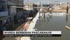 Warga Bersihkan Rumah Pascabanjir