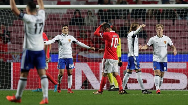 <p>Klub asal Swiss, FC Basel, berhak lolos ke babak 16 besar mendampingi Manchester United dari Grup A setelah mengalahkan Benfica 2-0 di Estadio Da Luz. (REUTERS/Rafael Marchante)</p>
